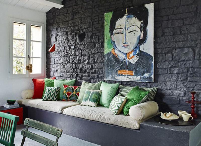 Диванчик у стены жилой комнаты образует гостиную, хотя гостей чаще встречают на улице.