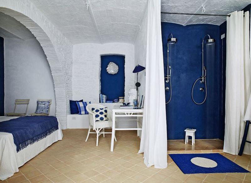 Душ за занавеской в спальне первого этажа добавляет ощущение спа курорта.