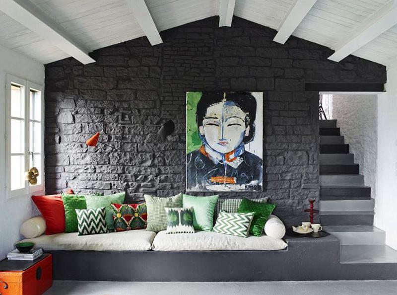 Интерьер гостиной черно-белый, света добавляют элементы декора