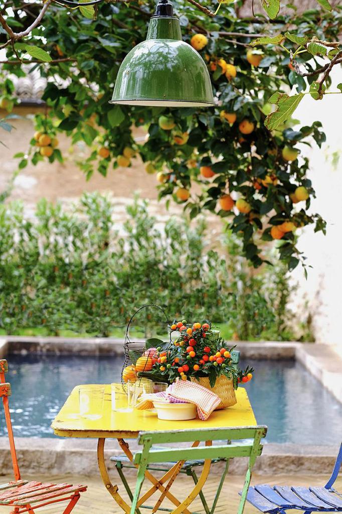 Самое приятное и расслабляющее место в доме в тени старого дерева в саду