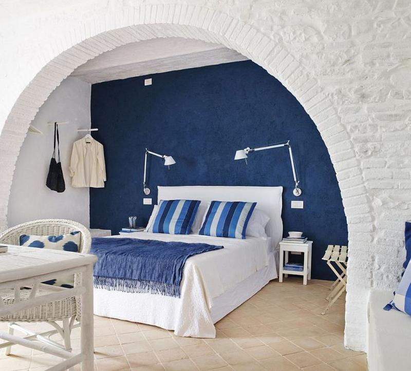 Спальня на первом этаже. Кровать установленная в нише с аркой выглядит весьма романтично.