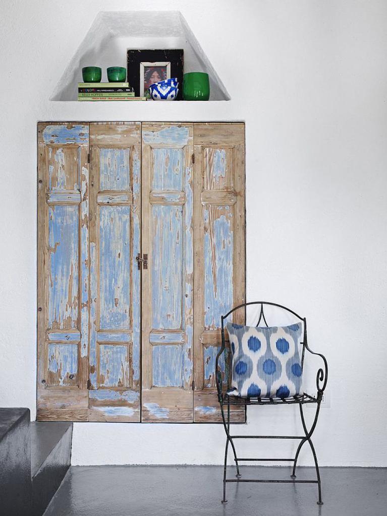 Старые деревянные двери добавляют интерьеру рустикальности.