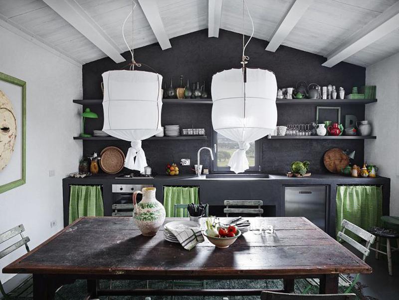 Стол найденный на блошином рынке отлично подошел рустикальному интерьеру кухни-столовой