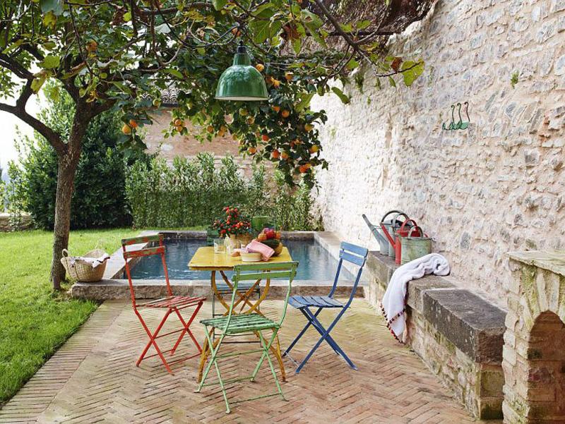 Уютный дворик со столиком в тени дерева хурмы.