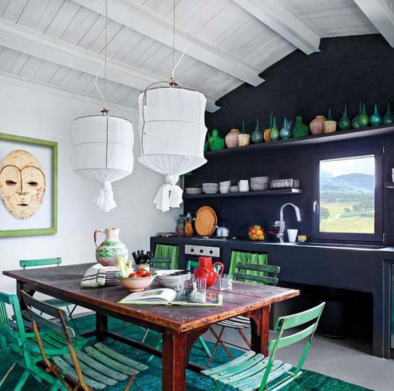 В кухне-столовой настроение создают элементы мебели и декора зеленого цвета.