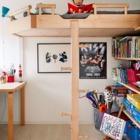 Небольшая детская с мебелью из натурального дерева - тепло и экологично.