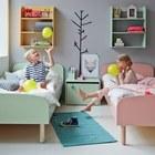 Разноцветная мебель на сером фоне стен и пола создает веселое и жизнерадостное настроение.