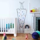 Рисунки на стенах вполне естественны в детской скандинавского стиля, например мама на стоящая на голове...