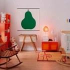 Такой элемент как кресло-качалка может добавить тепла и уюта в минималистский скандинавский интерьер детской.