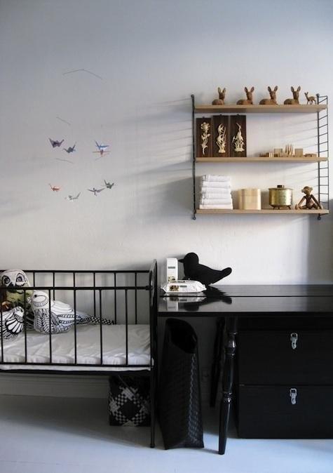 Черно-белая скандинавская детская. Интерьер смягчается только декором и игрушками.