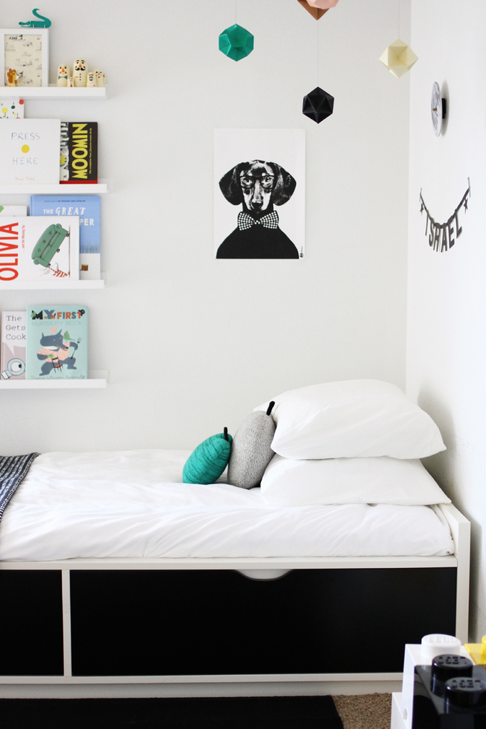 Детская для подростка с функциональной кроватью с выдвижными ящиками.