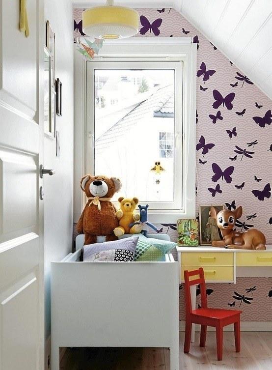Небольшая мансардная детская в скандинавском стиле с бабочками на стене.