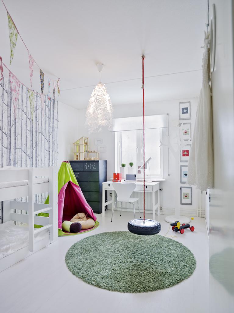 Необычная детская с качелей в центре комнаты и комодом на котором можно рисовать.
