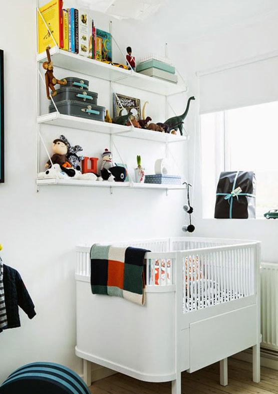 Очень лаконичный белый интерьер детской с рулонной шторой на окне.