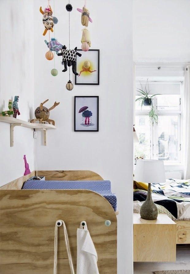 Пока ребенок маленький, то кроватку можно поставить в спальне родителей. Скандинавский стиль будет одинаково логично смотреться в обоих частях комнаты.