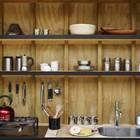 Кухня спрятанная в стене домика содержит все необходимое.