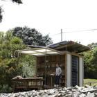 Небольшой, но модный и вполне комфортный дачный домик, где семья может отдохнуть.