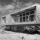 Террасы дома вдоль остекленных фасадов. (фасад,1950-70е,середина 20-го века,медисенчери,медисенчери модерн,средневековый модерн,модернизм,mcm,пляжный,архитектура,дизайн,экстерьер)
