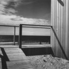 Вход в дом по деревянному трапу. (фасад,1950-70е,середина 20-го века,медисенчери,медисенчери модерн,средневековый модерн,модернизм,mcm,пляжный,архитектура,дизайн,экстерьер)