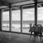 Жилая комната с остекленной стеной и видом на океан. (гостиная,дизайн гостиной,интерьер гостиной,мебель для гостиной,столовая,дизайн столовой,интерьер столовой,мебель для столовой,балкон,лоджия,дизайн лоджии,дизайн балкона,ремонт балкона,ремонт лоджии,1950-70е,середина 20-го века,медисенчери,медисенчери модерн,архитектура,дизайн,экстерьер,интерьер,дизайн интерьера,мебель,mcm,средневековый модерн, модернизм, модерн)