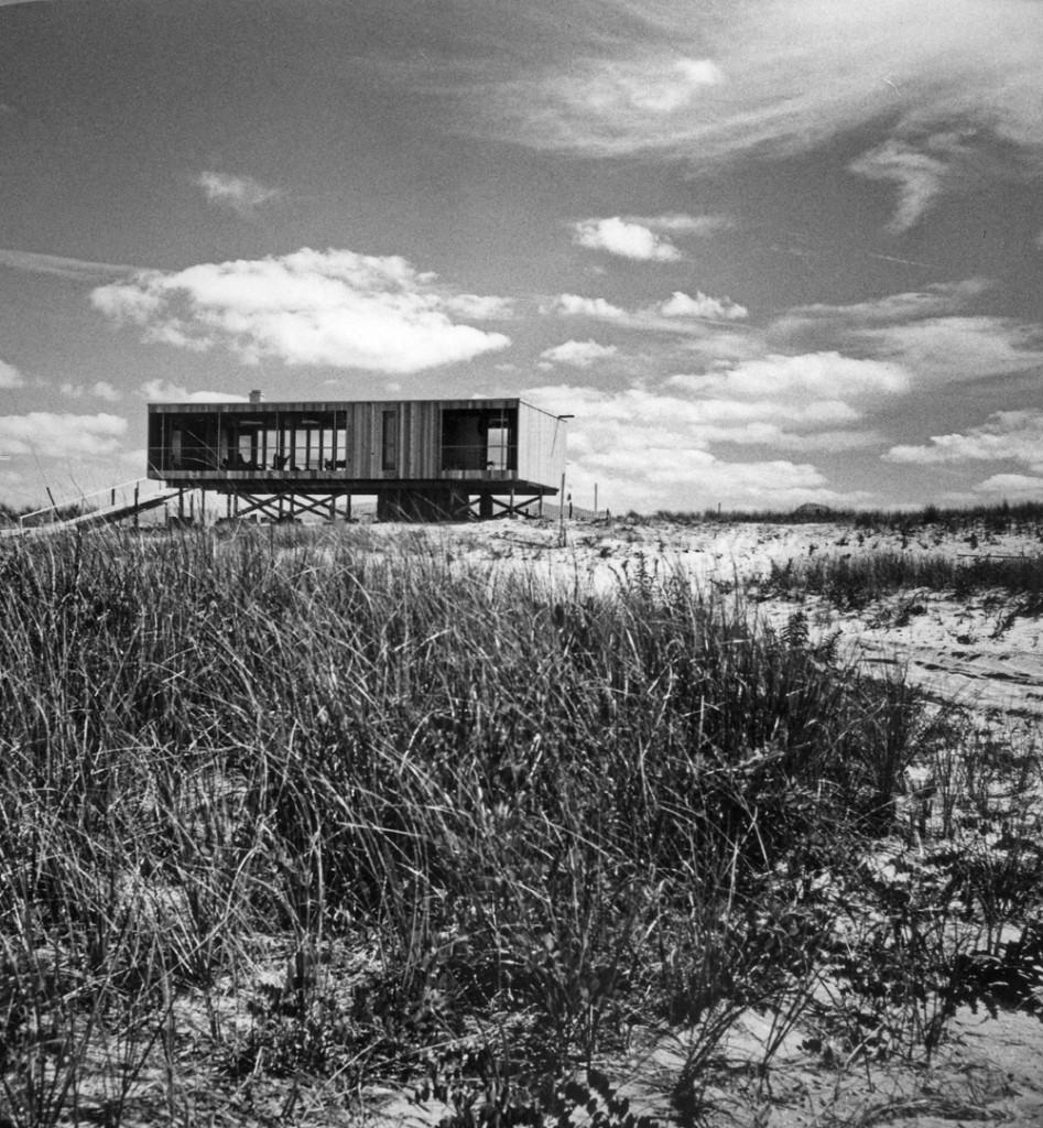Модернистский дом на песчаных дюнах.