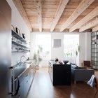 Кухня расположилась вдоль одной из стен жилой комнаты. (квартиры,апартаменты,интерьер,дизайн интерьера,мебель,минимализм,кухня,дизайн кухни,интерьер кухни,кухонная мебель,мебель для кухни,столовая,дизайн столовой,интерьер столовой,мебель для столовой,гостиная,дизайн гостиной,интерьер гостиной,мебель для гостиной)