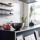 Кухонный остров расположен в центре комнаты и часто служит центром приема гостей и общения. (квартиры,апартаменты,интерьер,дизайн интерьера,мебель,минимализм,кухня,дизайн кухни,интерьер кухни,кухонная мебель,мебель для кухни)