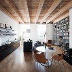 Открытые деревянные конструкции потолка и паркетный пол смягчают прохладный минималистский интерьер добавляя уюта