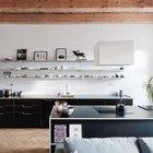 Открытые полки вместо шкафов визуально увеличивают пространство и позволяют использовать посуду в качестве декора, но требуют поддержания порядка.