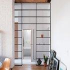 Широкий дверной проем использован с пользой - в нем установлены сквозные стеллажи.