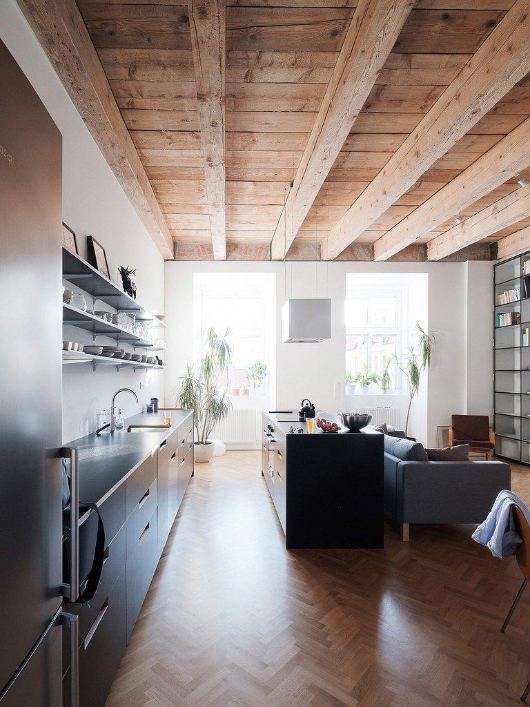 Кухня расположилась вдоль одной из стен жилой комнаты
