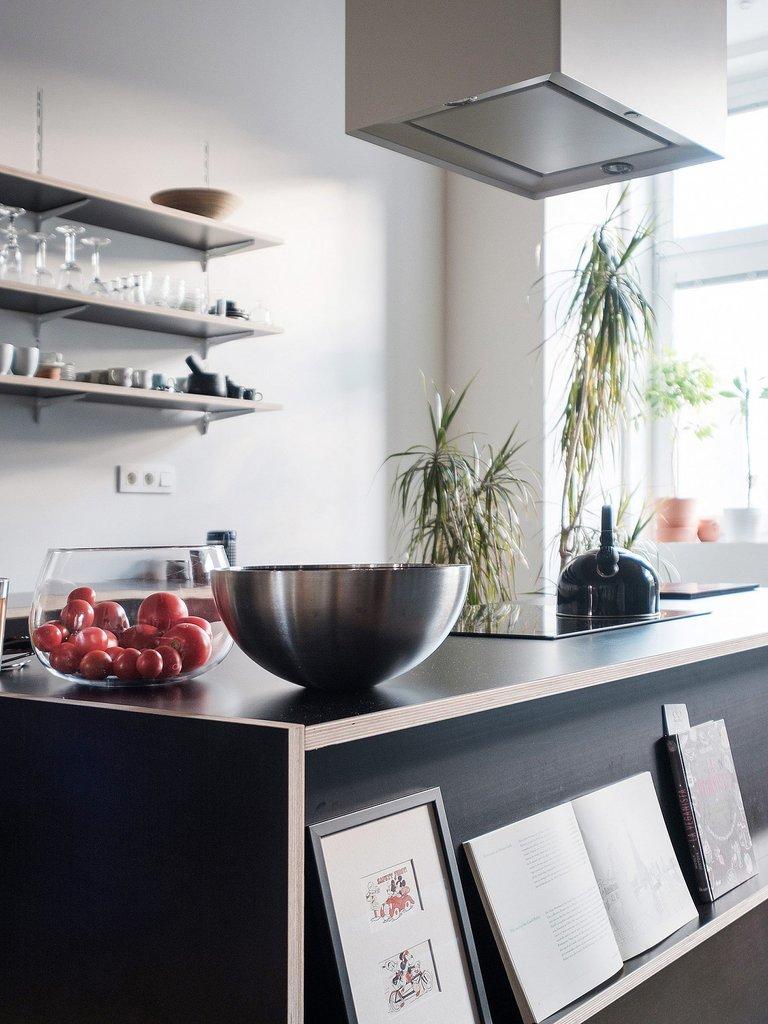 Кухонный остров расположен в центре комнаты и часто служит центром приема гостей и общения.