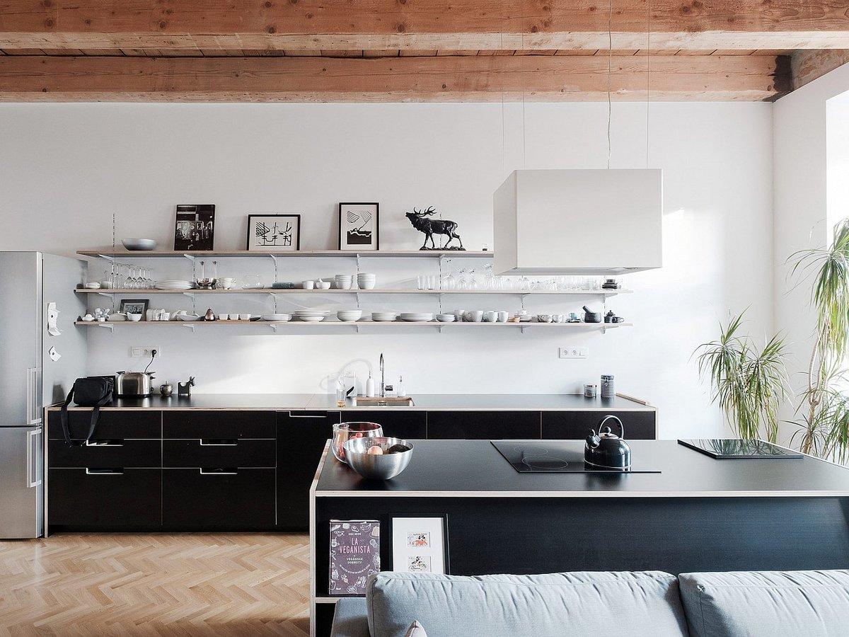 Открытые полки вместо шкафов визуально увеличивают пространство и позволяют использовать посуду в качестве декора, но требуют поддержания порядка