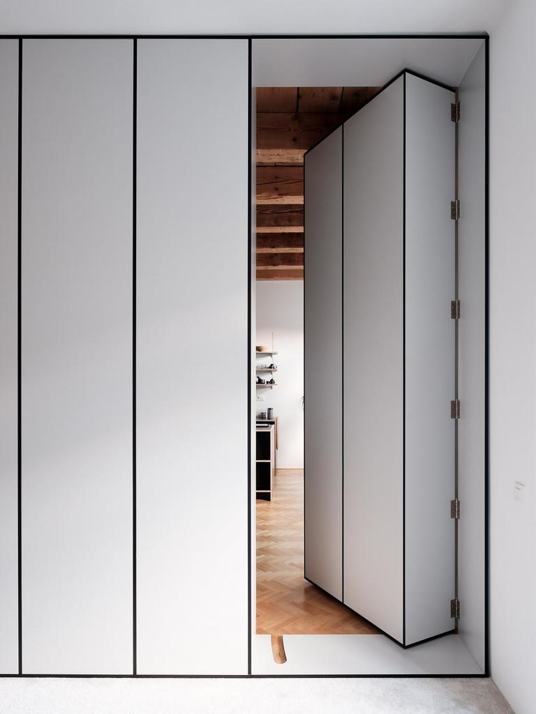Открывающаяся секция книжного шкафа - вид из спальни