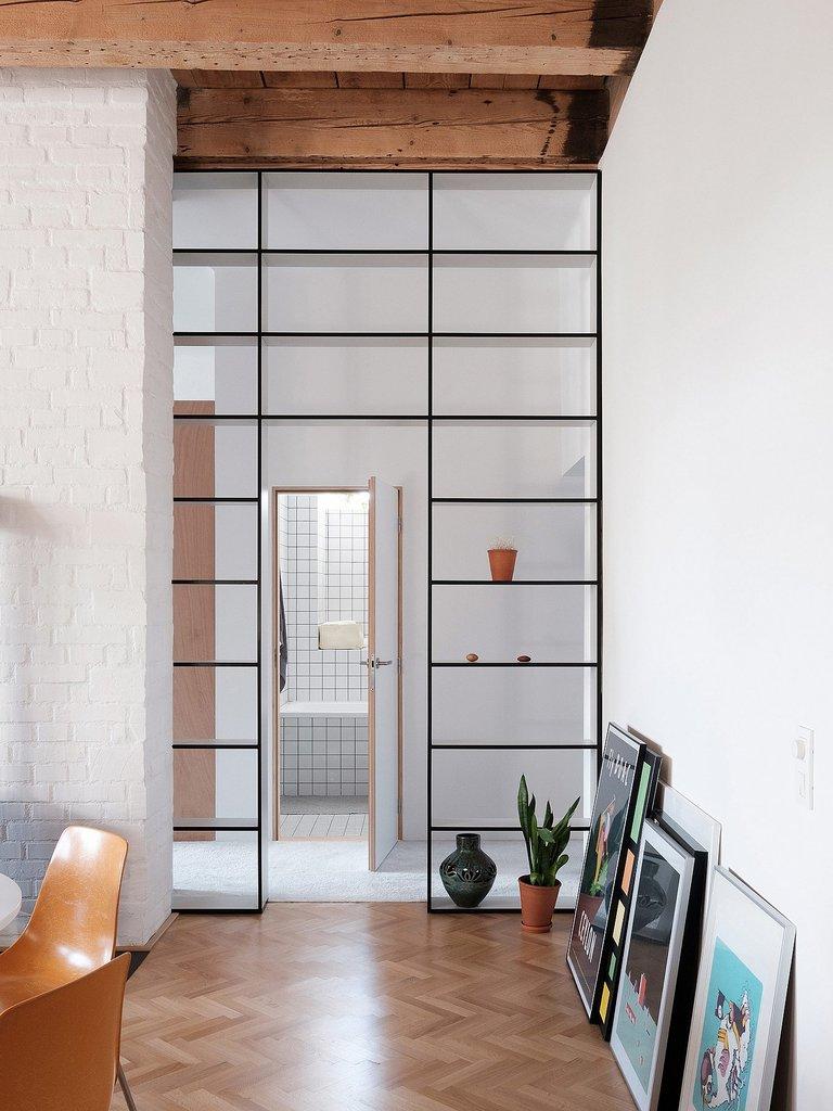 Широкий дверной проем использован с пользой - в нем установлены сквозные стеллажи
