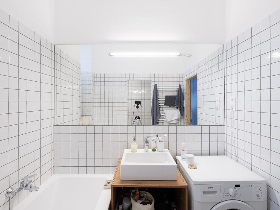 Ванная комната рядом с главной спальней. Большое зеркало визуально расширяет пространство.