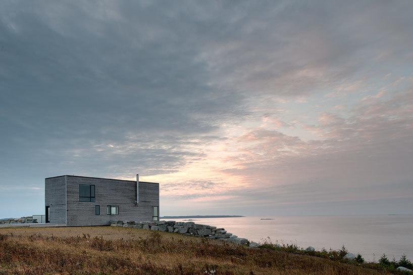 Дом находится на берегу атлантического побережья