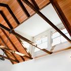 Балки стропильной системы оставлены открытыми, высокие потолки создают ощущения пространства. Окна люкарны с южной стороны ярко освещают кухню. (архитектура,дизайн,экстерьер,интерьер,дизайн интерьера,мебель,энергосбережение,экология,теплоизоляция,утепление,викторианский,викториански дом,викторианский интерьер,викторианский стиль,термомодернизация)