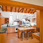 Новая открытая кухня с большой площадью остекления. Окна открывают вид на сад во все стороны и впускает много света. Однако выступы и навесы защищают все окна от высокого летнего солнца.