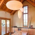 Столовая с глиняными стенами и высокими деревянными потолками стала новым центром дома. Широкая, в 4 метра, складывающаяся остекленная дверь связывает столовую с садом. (архитектура,дизайн,экстерьер,интерьер,дизайн интерьера,мебель,энергосбережение,экология,теплоизоляция,утепление,викторианский,викториански дом,викторианский интерьер,викторианский стиль,термомодернизация,столовая,дизайн столовой,интерьер столовой,мебель для столовой,фото столовой,идеи столовой)