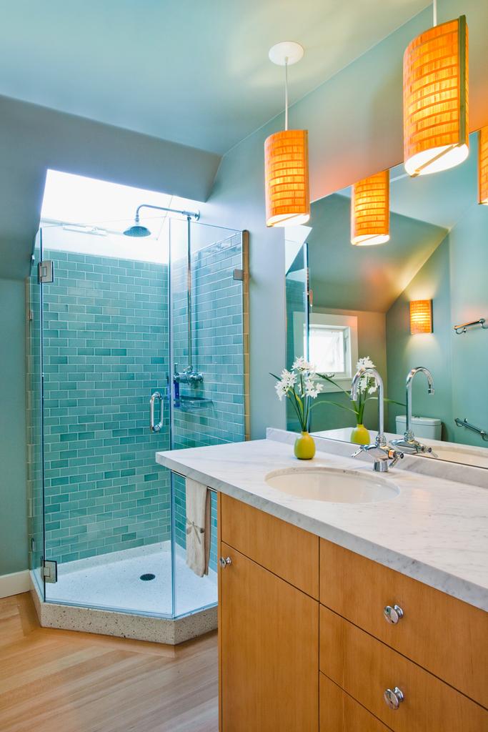 Ванная комната на втором этаже с окном над душем.
