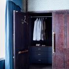 Гардероб в бывшей шахте лифта. Интересны дубовые двери и винтажная вешалка с плечиками на внутренней стороне двери.
