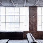 Винтажные викторианские радиаторы под большими окнами цеха добавляют антикварного шарма. (индустриальный,лофт,винтаж,стиль лофт,индустриальный стиль,интерьер,дизайн интерьера,мебель,архитектура,дизайн,экстерьер,квартиры,апартаменты,гостиная,дизайн гостиной,интерьер гостиной,мебель для гостиной,фото гостиной,идеи гостиной)