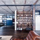 Встроенные полки в гостиной и большие площади. Традиционно для лофтов гостиная, столовая и кухня образуют общее пространство. (индустриальный,лофт,винтаж,стиль лофт,индустриальный стиль,интерьер,дизайн интерьера,мебель,архитектура,дизайн,экстерьер,квартиры,апартаменты,гостиная,дизайн гостиной,интерьер гостиной,мебель для гостиной,фото гостиной,идеи гостиной)