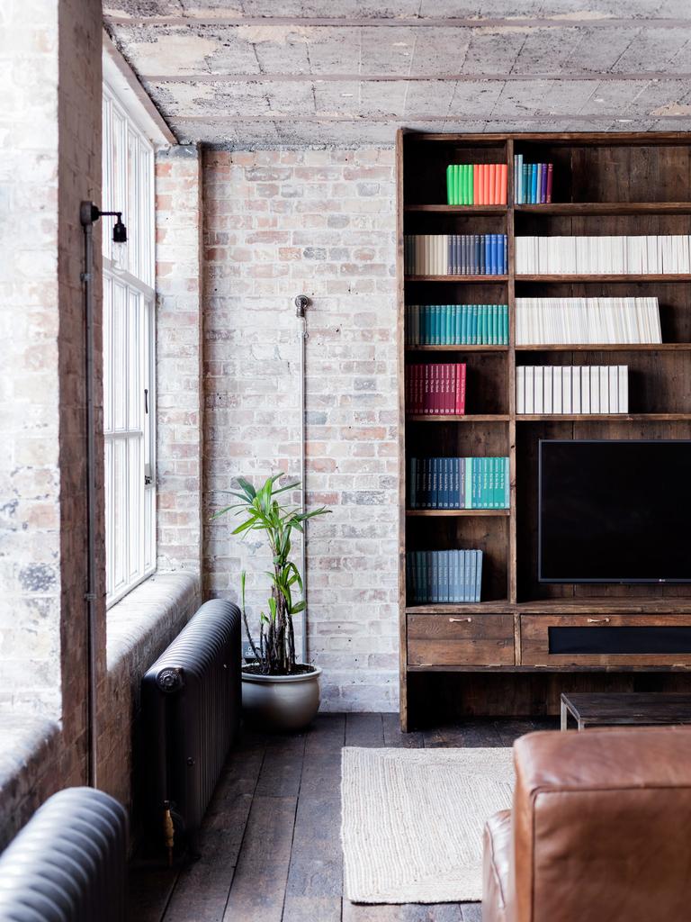 Шкафы с телевизором из того же дерева что и кухонные