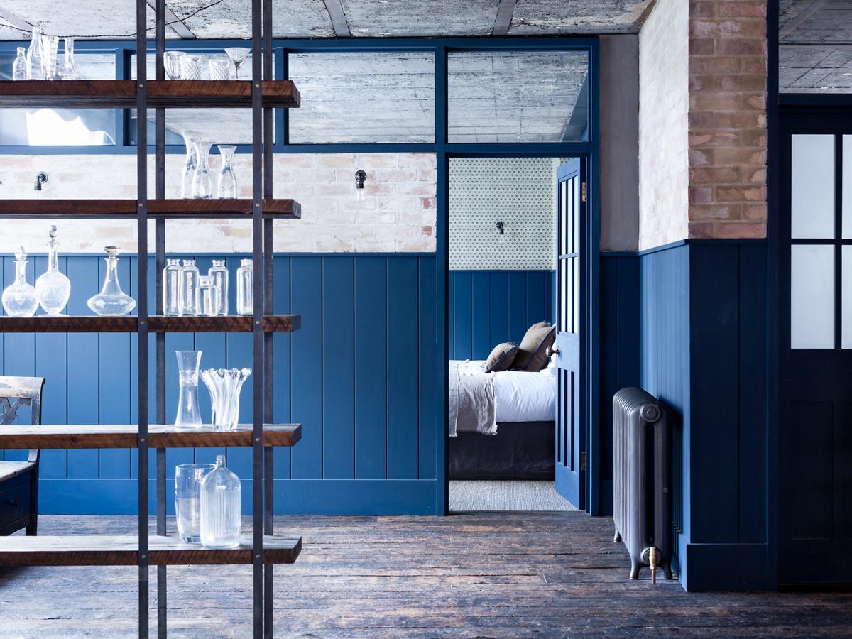 Спальня, как цех, отделена перегородкой со стеклянными окнами сверху