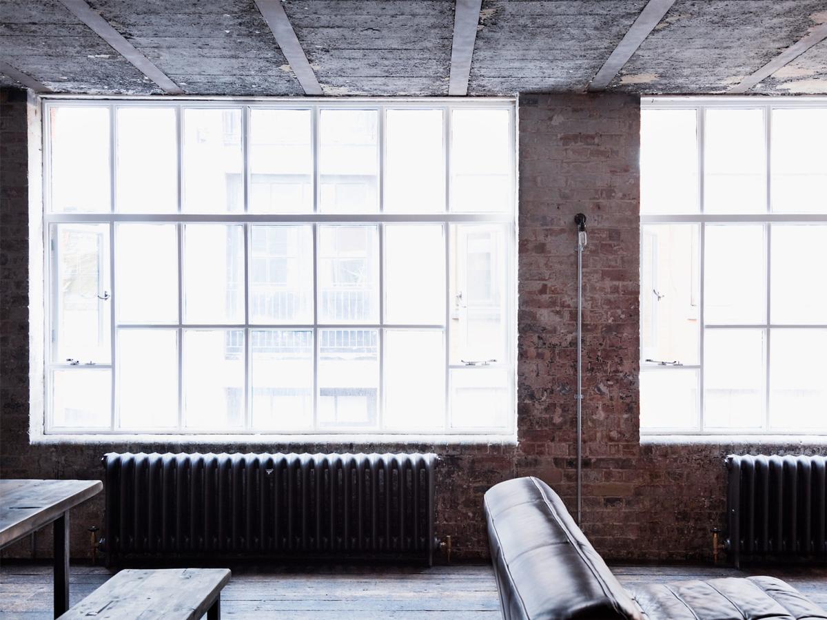 Винтажные викторианские радиаторы под большими окнами цеха добавляют антикварного шарма.