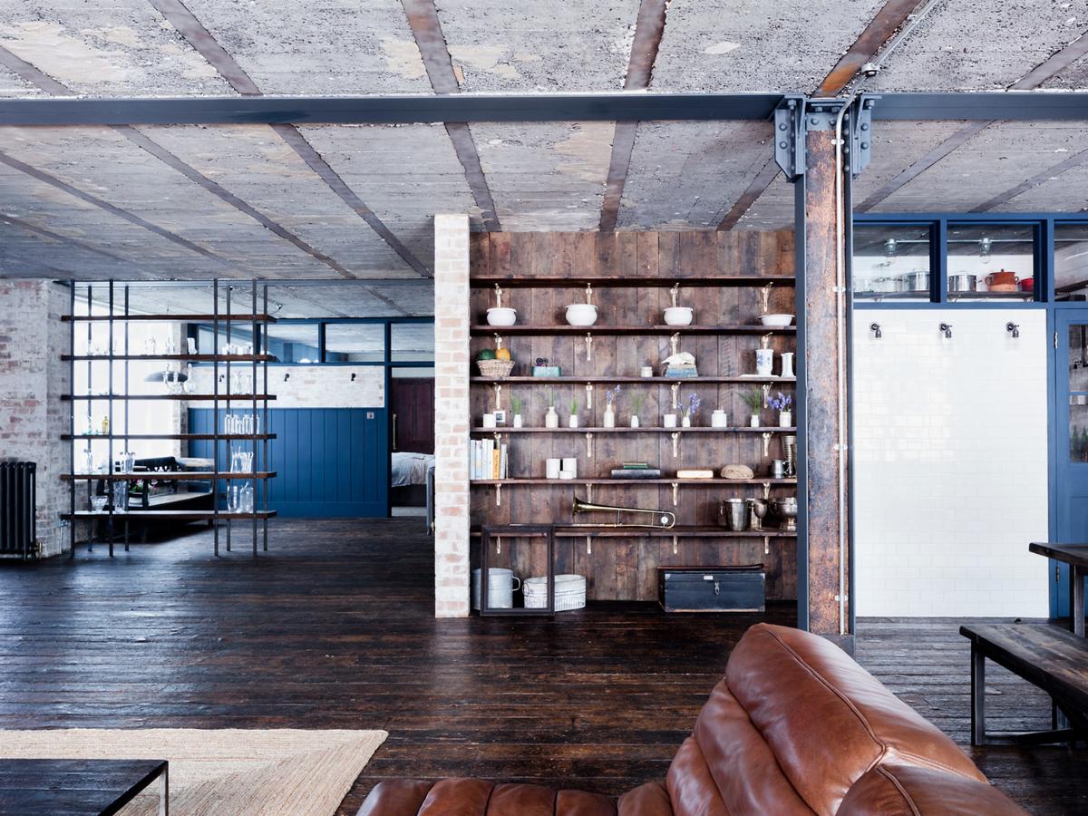 Встроенные полки в гостиной и большие площади. Традиционно для лофтов гостиная, столовая и кухня образуют общее пространство.