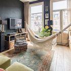 Богемность интерьера подчеркивается гамаком в гостиной, который можно легко и быстро снять.