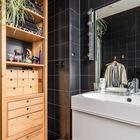 Деревянный лакированный пенал замечательно сочетается с черным кафелем стен в ванной. (квартиры,апартаменты,мебель,интерьер,дизайн интерьера,архитектура,дизайн,экстерьер,современный,1950-70е,середина 20-го века,медисенчери,медисенчери модерн,модерн,средневекоый модерн,модернизм,mcm,ванна,санузел,душ,туалет,дизайн ванной,интерьер ванной,сантехника,кафель,керамика,фото ванной,идеи ванной)